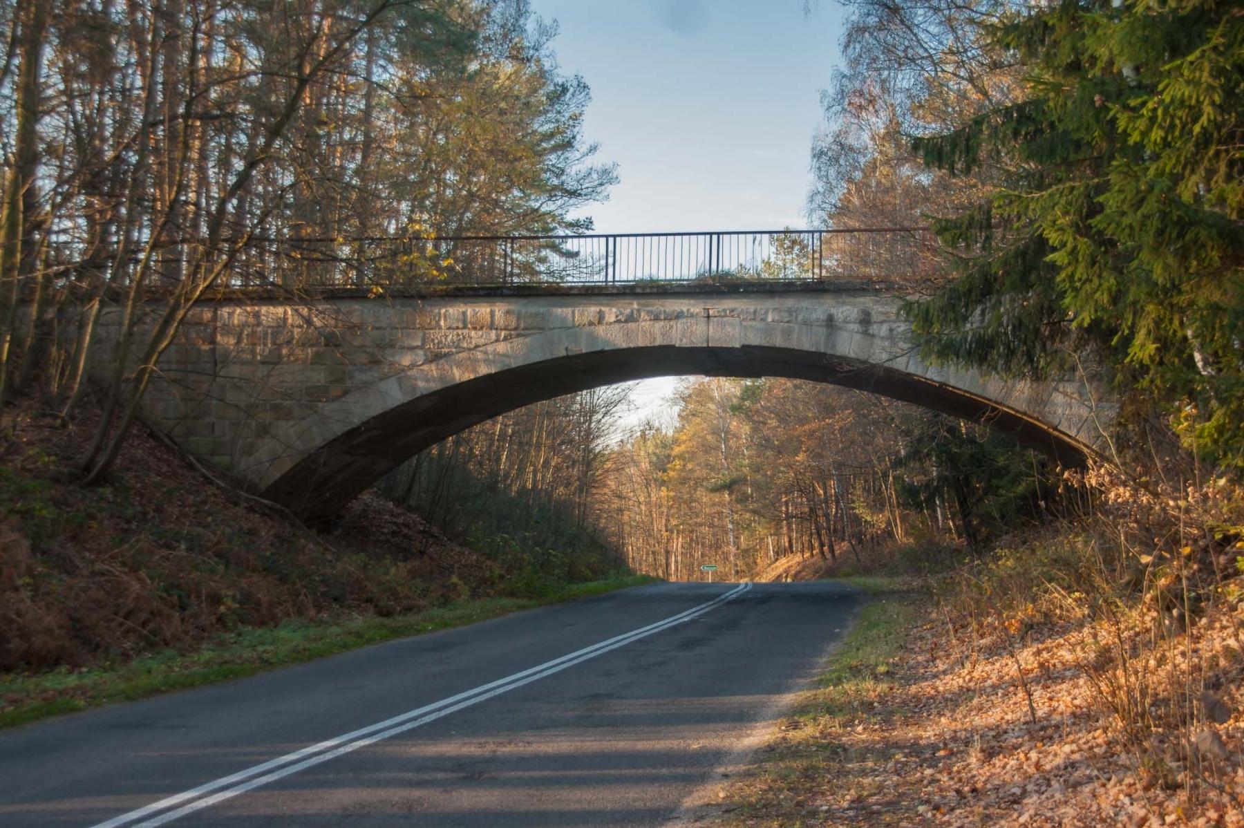 Most nad JezioremMost w kierunku Marczowa kryje małą tajemnicę. Na przyczółku od strony Lwówka śląskiego znajduje się tablica. Pilchowickim to małe arcydzieło sztuki inżynieryjnej.