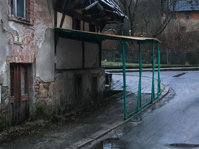 Zabezpieczenie chodnika zagrożeniem dla przechodniów